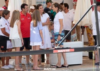 38ª COPA DEL REY MAPFRE DE VELA. LA REINA VISITA A LAS REGATISTAS DE LA PUROBEACH WOMEN'S CUP